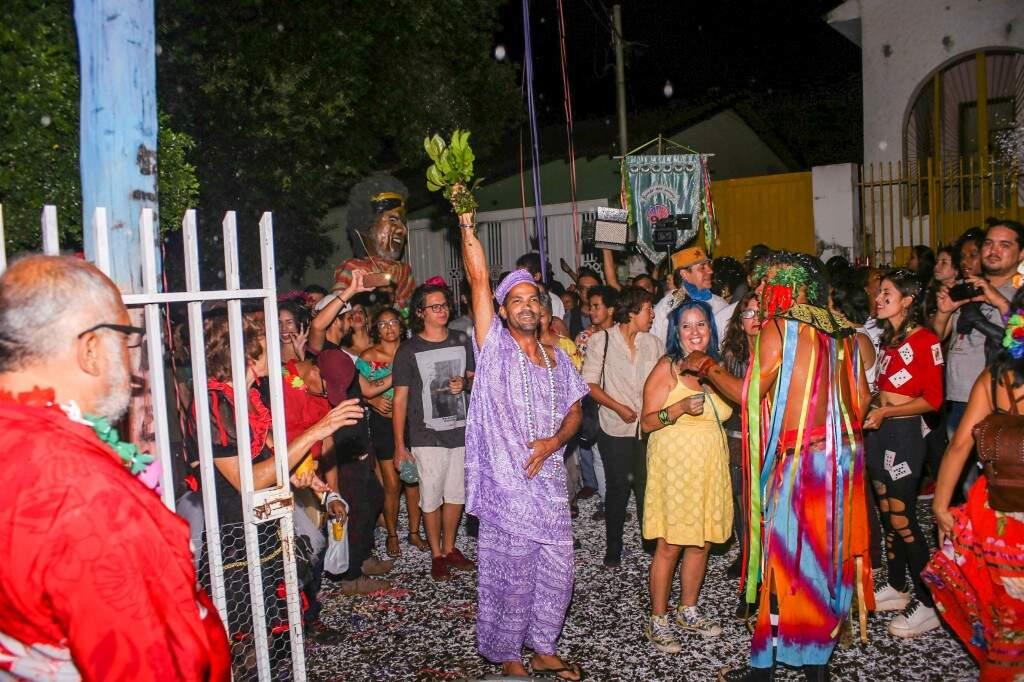 Bloco Evoé Baco deu start no Carnaval com banho de ervas abençoado pela alegria. (Foto: Paulo Francis)