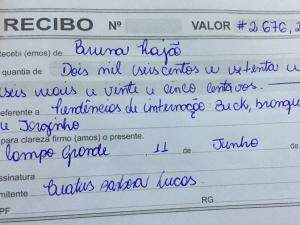 Bruna mostra um dos seus recibos, no valor de R$ 2,676. (Foto: Acervo Pessoal)