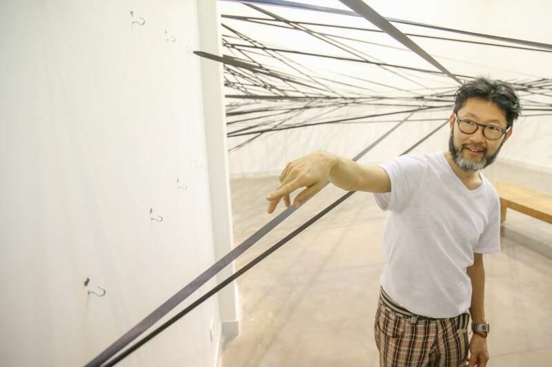 Elcio mostra a obra que tem 145 ganchos e uma fita de cetim com cerca de 500 metros (Foto: Fernando Antunes)