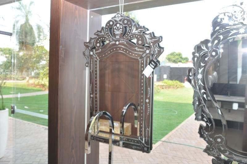 Espelho do lavabo sai a R$ 1.590 cada um. (Foto: Marcelo Callazans)
