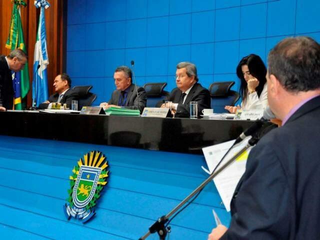 Deputados durante a sessão de hoje. (Foto: Luciana Nassar/ALMS).