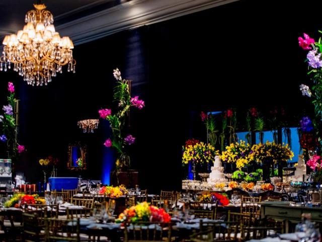 Um pouco da decoração do salão, com muitas flores. (Foto: Top Studio Fotografias)