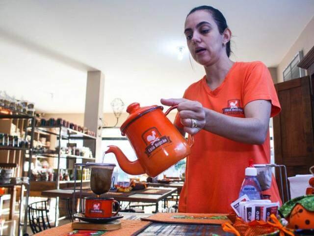 Karina serve o café aos moldes mineiros.