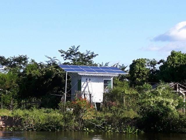 Também foi implantada uma pequena central elétrica com energia solar para levar luz à comunidade ribeirinha, que agora se destaca pelos projetos sustentáveis (Foto: Álvaro Junior / Ecoa)