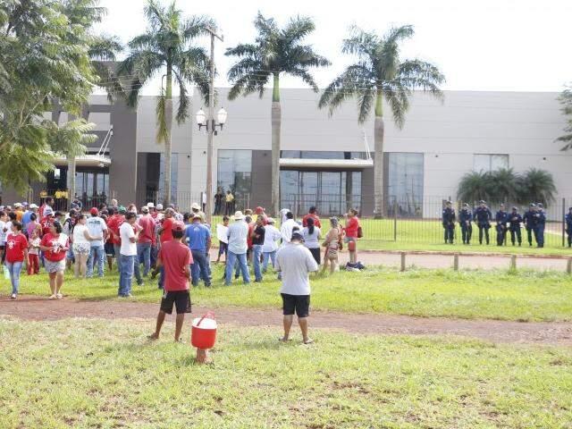 Sem-terra em frente ao local onde ocorre assembleia de credores da São Fernando (Foto: Helio de Freitas)