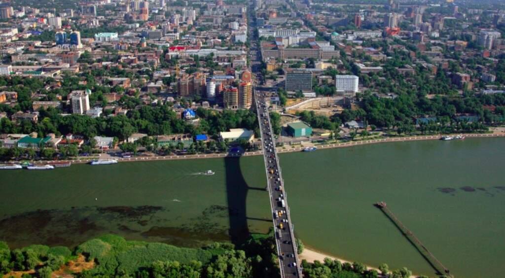 Vista aérea da cidade de Rostov do Don, no sul da Rússia, com a ponte sobre o rio Don (Foto: Sputnik/Divulgação)