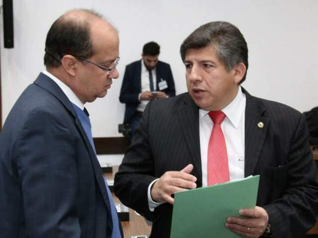 Deputados José Carlos Barbosa (DEM) e Lídio Lopes (PEN) durante sessão (Foto: Victor Chileno/ALMS)