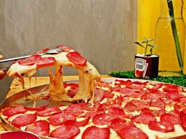 Pizza Donna Calabresa, é carro-chefe no Donna Friitas e está no balcão diariamente, vendida por fatia. (Foto: Rafael Umar)