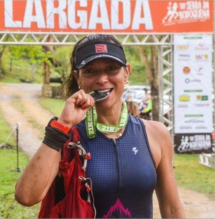 A fisioterapeuta Ana Maria Camargo festeja a medalha conquistada no Trail Run Serra da Bodoquena (Foto: Arquivo pessoal)