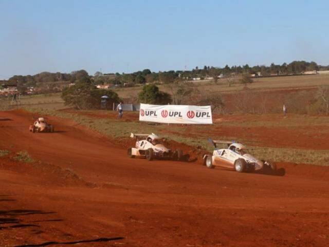 """Pilotos durante """"pega"""" na etapa de Campo Grande (Foto: Henrique Kawaminami)"""