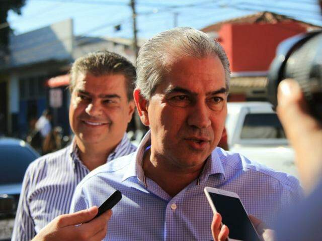 Governador Reinaldo Azambuja concedeu entrevista ao chegar no Mercadão, ao lado de Nelsinho Trad (Foto: Marina Pacheco)