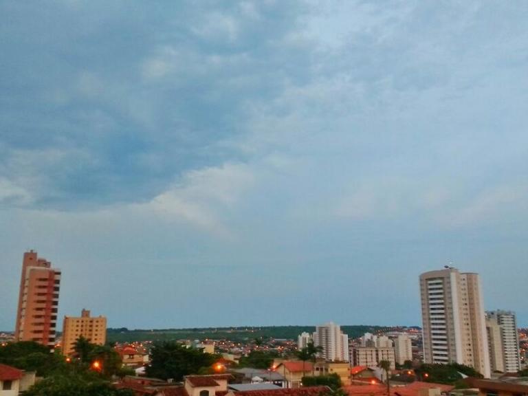 Céu de Campo Grande amanheceu nublado, após temporal de ontem. (Foto: André Bittar)