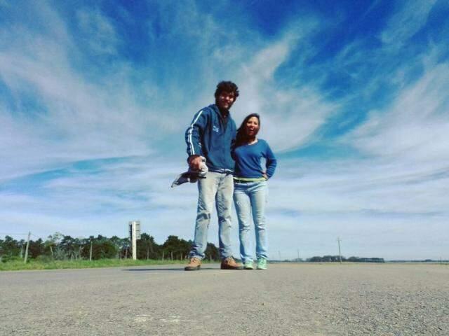 Marinez e Giuliano  enquanto esperavam uma carona no Uruguai (Foto: Arquivo pessoal)