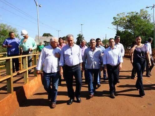 Reinaldo caminhando por obras (Foto: Governo do Estado/Divulgação)
