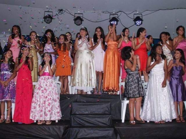 Um vestido de festa que pode fazer a felicidade de muitas meninas. (Foto: Facebook Projeto Princesas).