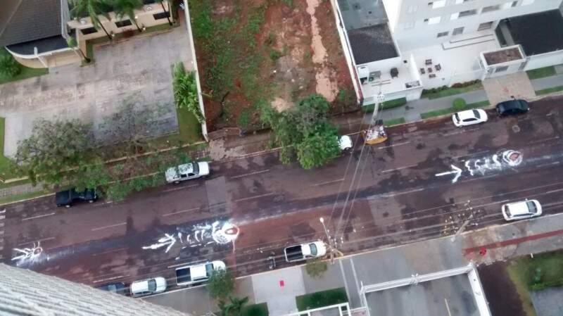 Pinturas, bonecos e árvore: moradores tentam chamar atenção para buracos
