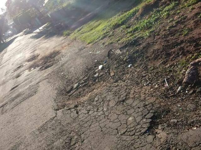 Asfalto esta desmoronando nas laterais da via (Foto: Direto das ruas)
