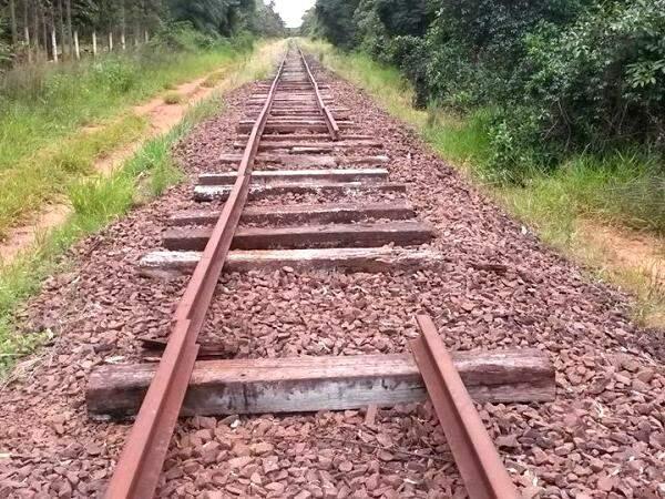 Alguns trilhos foram recolocados, mas faltam barras de ferro. (Foto: Direto das Ruas)