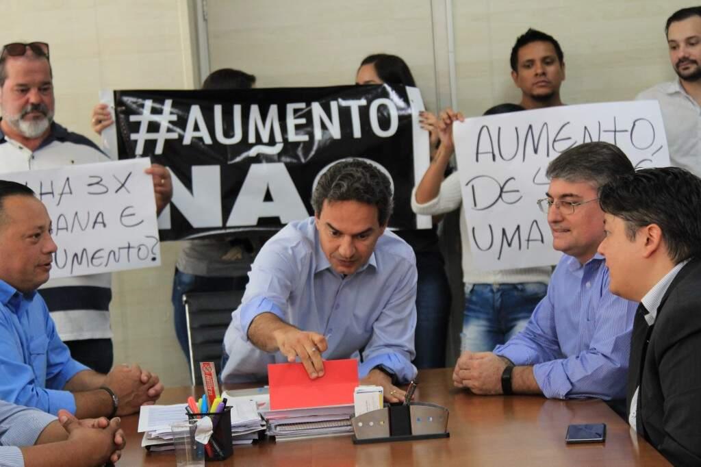 Hoje pela manhã, empresários fizeram protesto em frente a Prefeitura e depois se reuniram com Marquinhos. (Foto: Marina Pacheco)