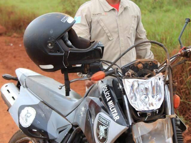 Motocicleta que era conduzida por policial na perseguição (Foto: Marina Pacheco)