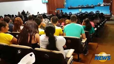Alegando medo de demissão em massa, funcionários da JBS lotam Assembleia
