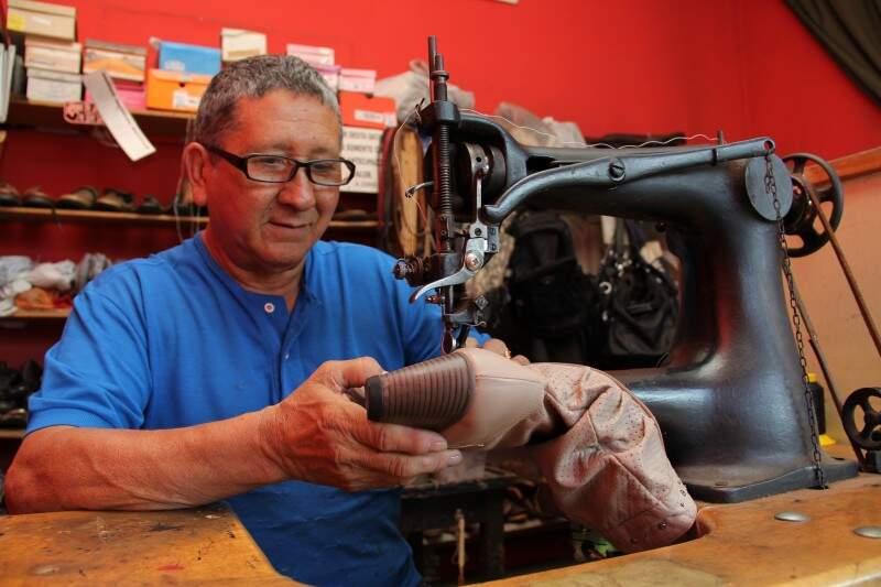 Mário começou a trabalhar com os sapatos ainda na infância.  (Foto: Marcos Ermínio)
