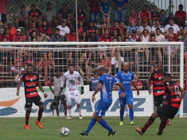 Jogadores em lance durante o primeiro tempo da decisão do Estadual (Foto: Franz Mendes)
