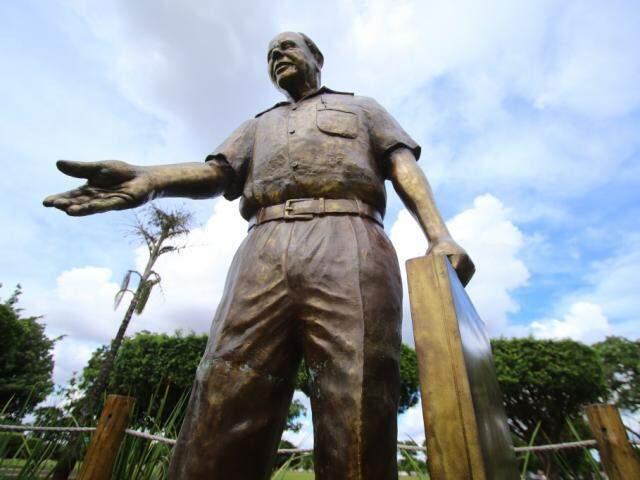 Estátua fica no Mem orial Park, no bairro Pioneira, em Campo Grande. (Foto: André Bittar)