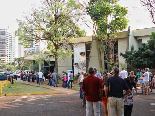 Nos últimos do Refis, em setembro, fila de contribuintes em busca de descontos (Foto/Arquivo: Henrique Kawaminami)