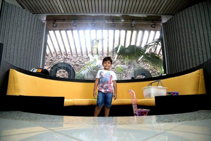 Pala também tem espaço para crianças brincarem enquanto pais resolvem os problemas do carro.
