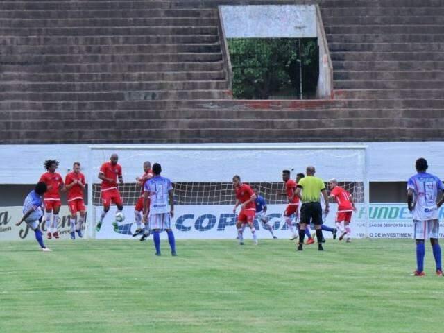 Comercial levou a melhor e emplacou dois gols no primeiro tempo (Foto: Henrique Kawaminami)