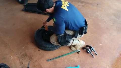 PRF recupera carro furtado e encontra armas escondidas em pneu