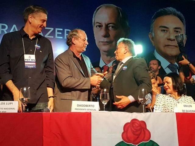 Ciro Gomes cumprimentando Odilon de Oliveira. À esquerda, o deputado federal Dagoberto Nogueira. (Foto: André Bittar).