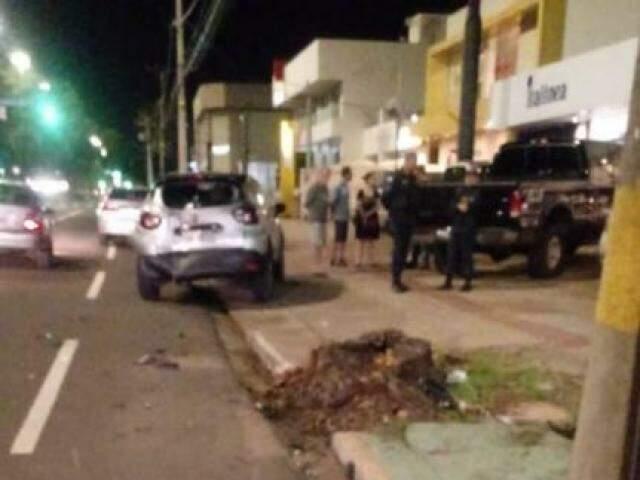 Ao fundo da imagem, Renalt Captur atingido pelo condutor que seguia em uma camionete F-250, preta. (Foto: Direto das Ruas)
