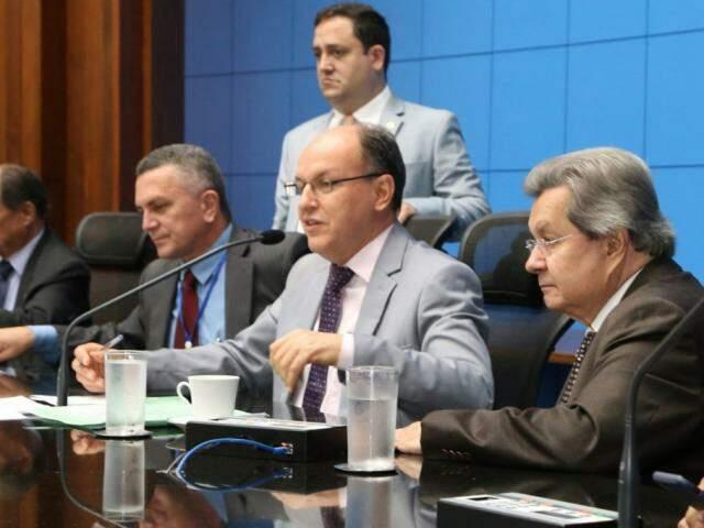 Deputados Junior Mochi (MDB), ao centro, e Onevan de Matos (PSDB), à direita, durante sessão (Foto: Victor Chileno/ALMS)