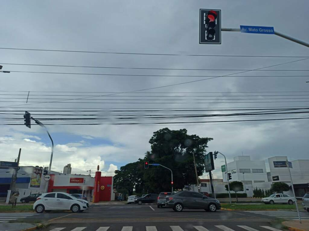 Céu escuro e chuva fraca em Campo Grande no início desta tarde (Foto: Kisie Ainoã)