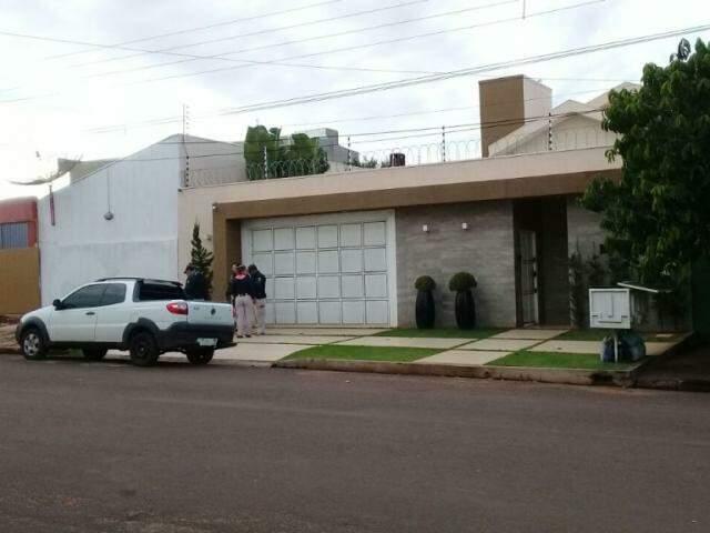 Policiais paraguaios em frente a uma casa em Pedro Juan Caballero, hoje de manhã (Foto: Direto das Ruas)