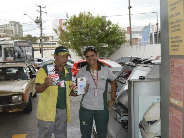 """Frentistas durante campanha """"Não passe do limite"""" (Foto: Divulgação)"""