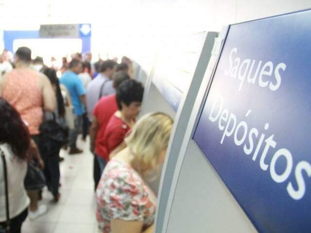 Agência cheia de gente sacando dinheiro do FGTS nesta sexta (Foto: Marcos Ermínio)