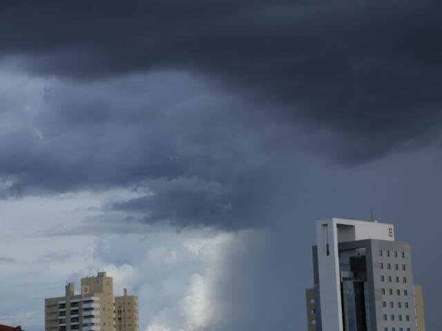 Céu de Campo Grande no final desta tarde. Por aqui choveu apenas 8,7 mm. (Foto: Kísie Ainoã)