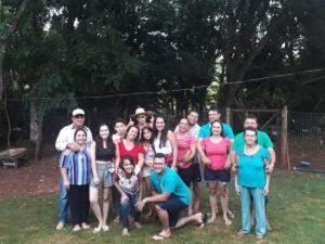 Valdineis abaixado de camiseta azul, a seu redor os membros da família Nogueira (Foto: Arquivo pessoal)