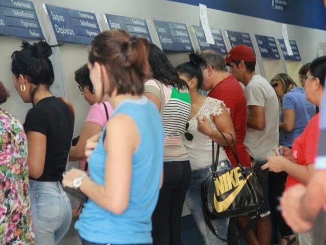 Movimentação em caixas eletrônicos de agência da Caixa em Campo Grande, em maio (Foto: Marcos Ermínio / Arquivo)