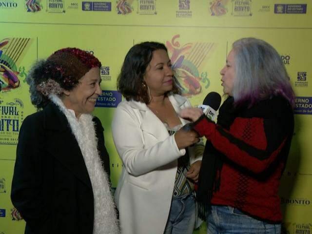 Tetê e Alzira Espíndola com a repórter Daniela Benante. (Foto: Divulgação/TVE)