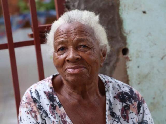 Dona Matilde agradece a mangueira que protege sua casa do sol. (Foto: Kísie Ainoã)