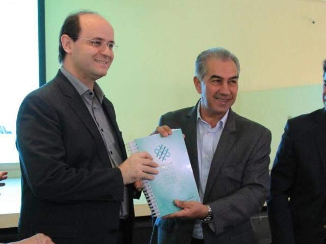 Ministro da Educação, Rossieli Soares da Silva, recebe o currículo de MS, das mãos do governador Reinaldo Azambuja (Foto: Marina Pacheco)