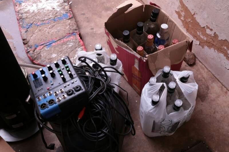 Bebida apreendida em casa no bairro Santa Fé.