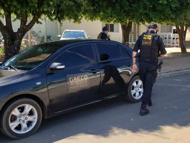 Equipe do Gaeco em frente à 3ª DP (Delegacia de Polícia) de Três Lagoas (Foto: Ricardo Ojeda/Perfil News)