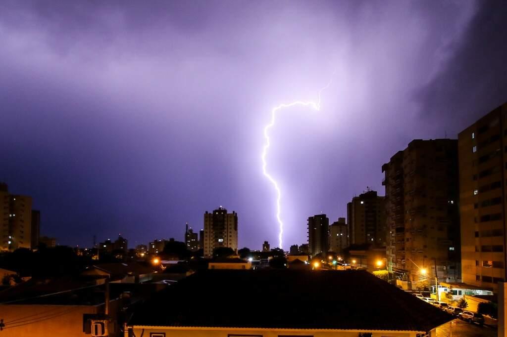 Registro mostra queda de raio na região do Bairro São Francisco na noite de ontem (Foto: André Bittar)
