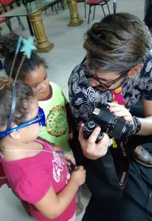 Guilherme fotografava e mostrava para as crianças. (foto: Acervo Pessoal)