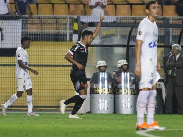 Rios do Vasco foi quem cabeceou para garantir o empate contra o rival. (Foto: VascoFC)
